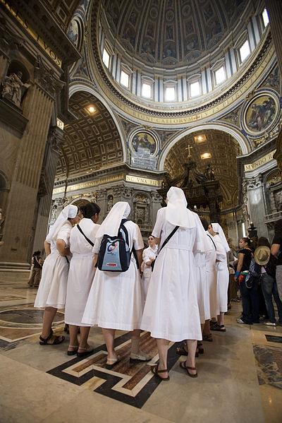 400px-Nuns_in_St_Peters_Basilica_or_Basilica_di_San_Pietro_Rome_-_2644