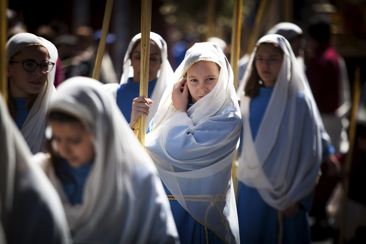 TENERIFE,CANARY ISLANDS: Girls hold palm leaves blessed during the morning Mass at the Cathedral of San Cristobal de La Laguna during a procession commemorating the arrival of Jesus in Jerusalem, on the Spanish Canary island of Tenerife on March 29, 2015.  Palm Sunday held annually on the Sunday before easter and commemorates the entry into Jerusalem of Jesus Christ. AFP PHOTO / DESIREE MARTIN