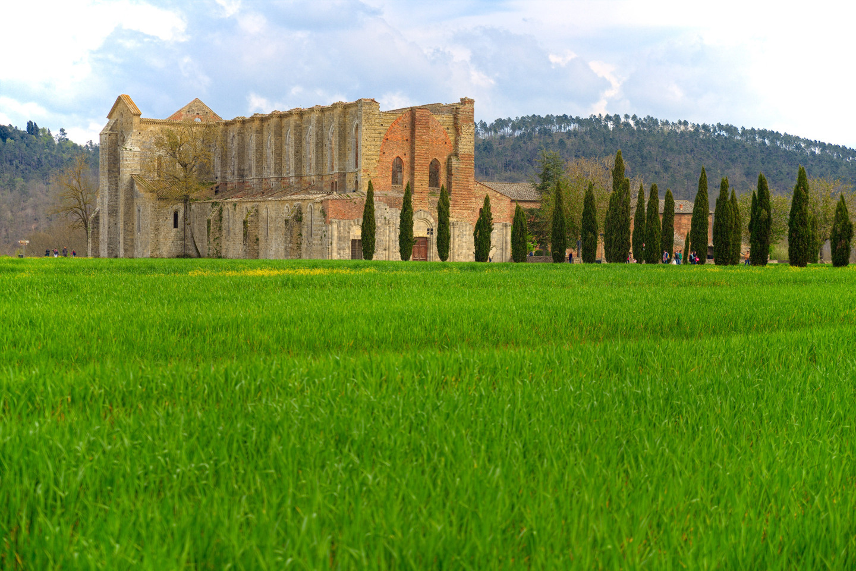 web-san-galgano-abbey-italy-shutterstock_284579114-marianna-ceccarelli-ai