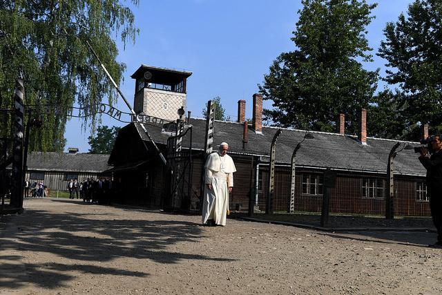 Pope Francis passing through gates of Auschwitz EpiskopatNews