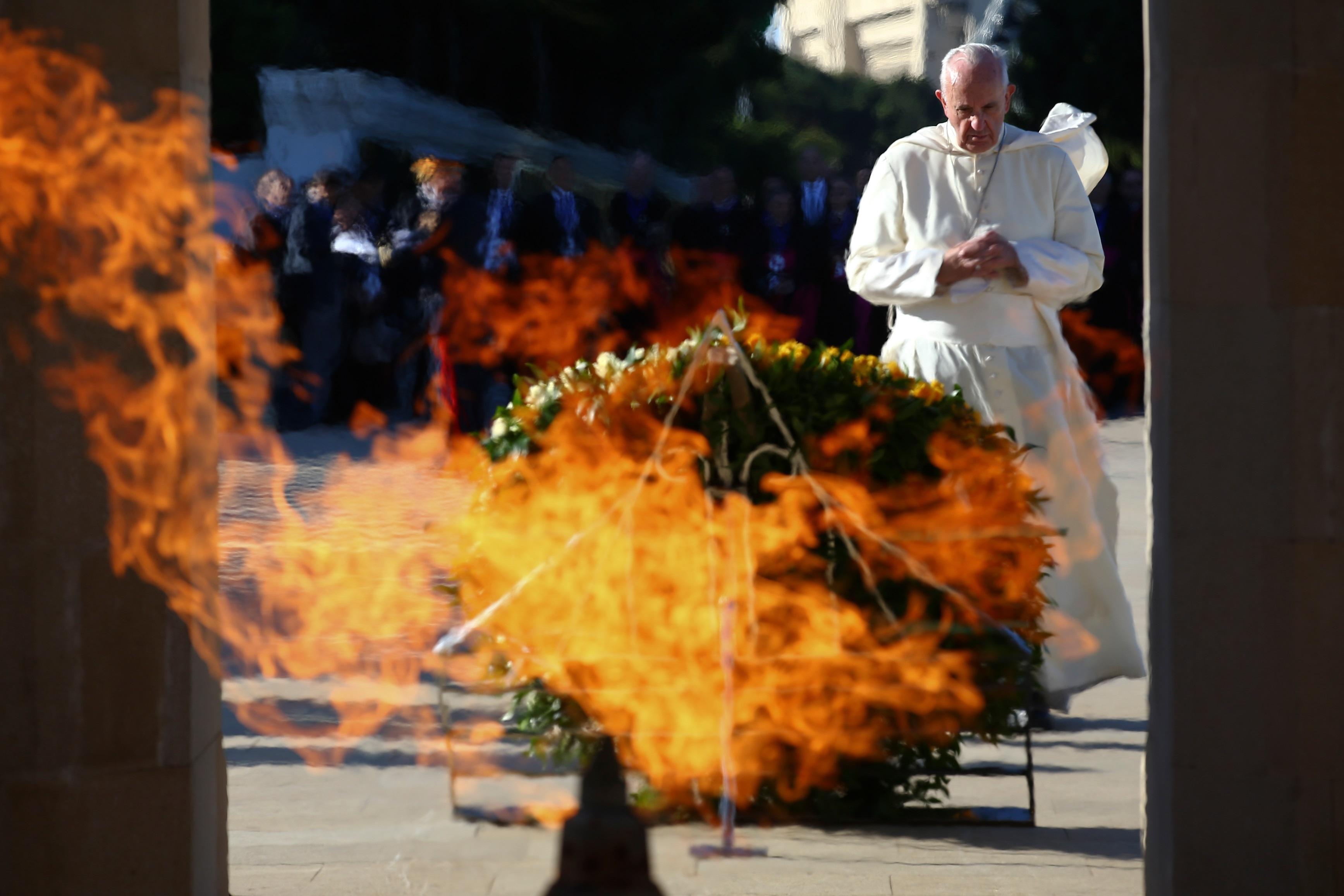 Pope Francis prays at the Azerbaijan Baku City Shadhidlar Hiyabani Monument to the Fallen Heroes on October 2, 2016 in Baku.  Pope Francis on October 2 arrived in mainly Muslim Azerbaijan on the last leg of his peace tour of the volatile ex-Soviet Caucasus region, just months after visiting neighbouring Armenia.
