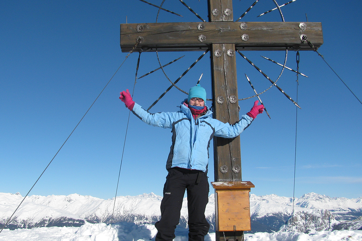 web-woman-mountain-cross-summit-goretex-products-cc