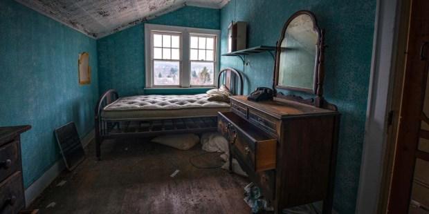 ABANDONED HOTEL,CREEPY,MIRROR