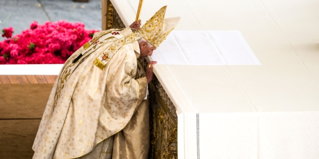POPE KISSING ALTAR