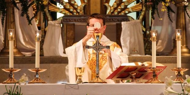 CONSECRATION,EUCHARIST,MASS,PRIEST