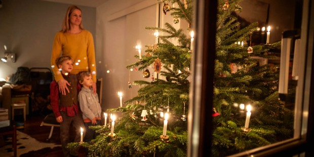 FAMILY WITH CHRISTMAS TREE