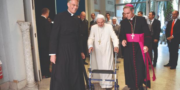 Papa Bento XVI andador