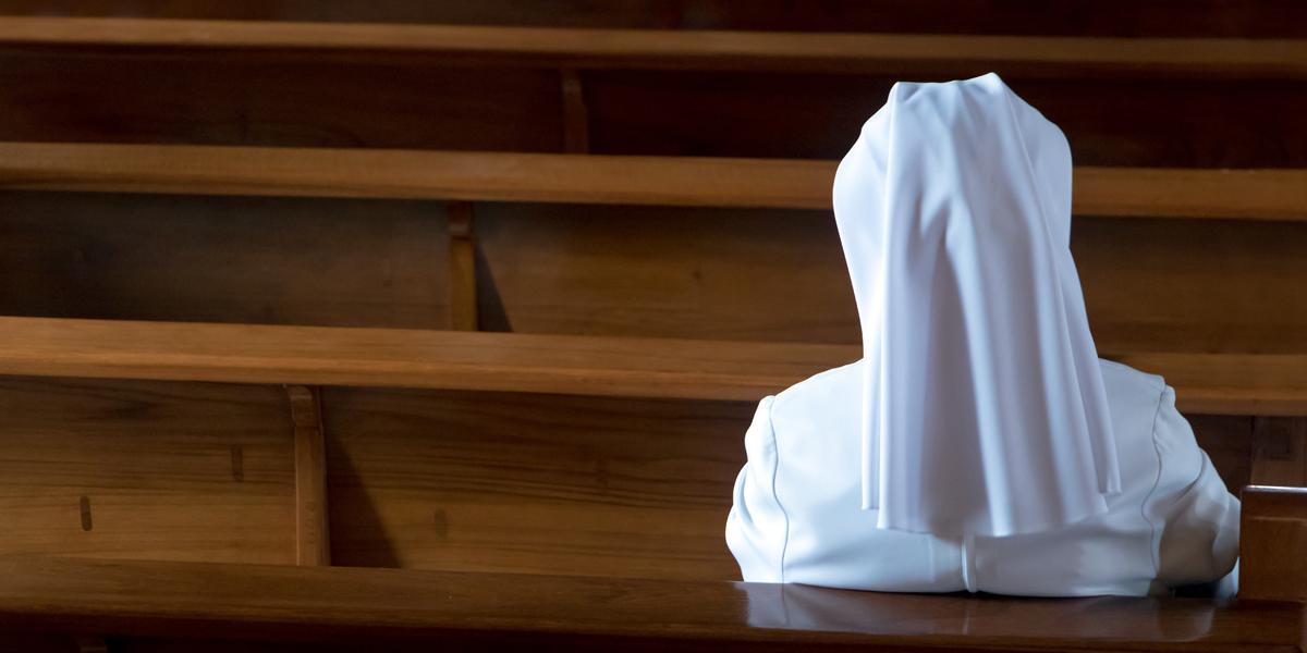 NUN,PRAYING,CHURCH