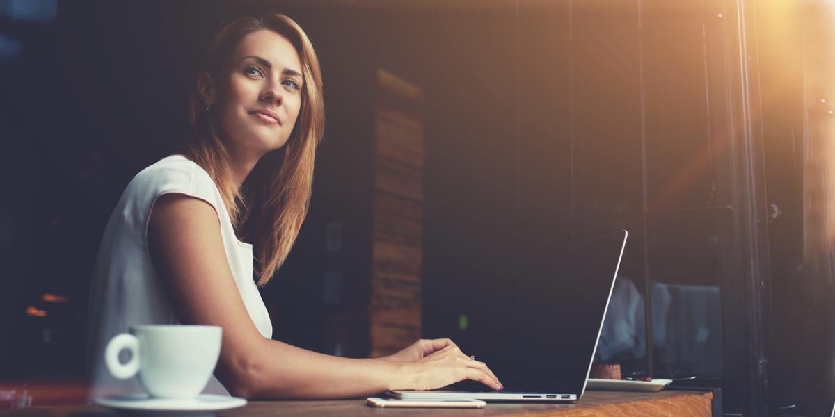WOMAN,WORKING,COFFEE SHOP
