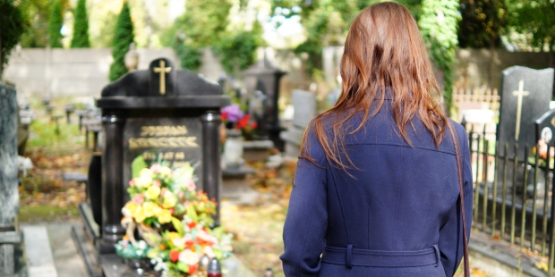 WOMAN,PRAYING,CEMETERY