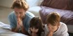 FATHER-PRAYING-KIDS-BED