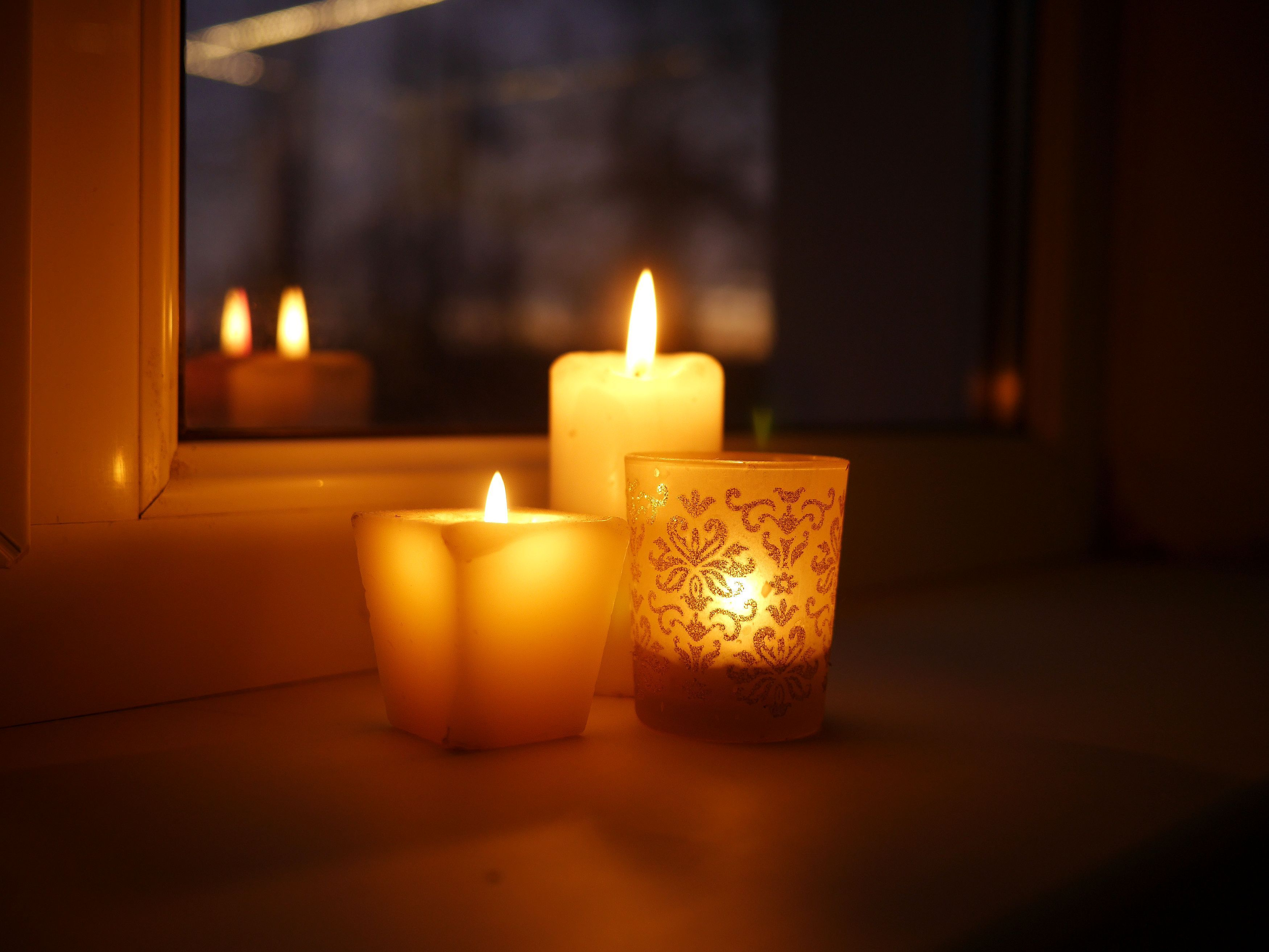 web2-candle-light-shutterstock_783210058.jpg