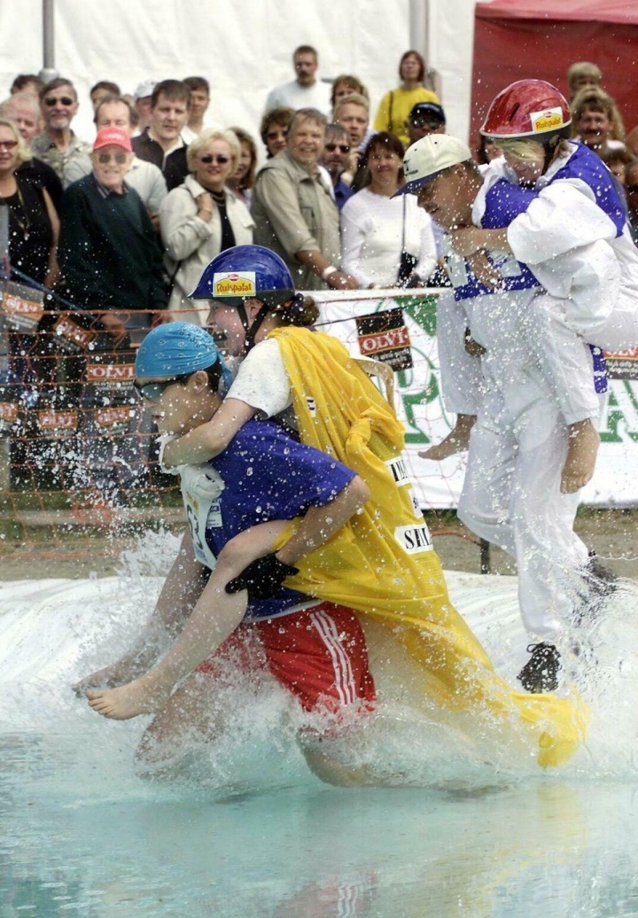 FINLAND'S WIFE CARRYING RACE