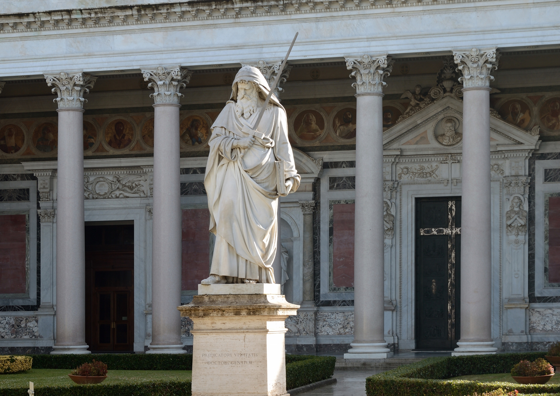 https://wp.en.aleteia.org/wp-content/uploads/sites/2/2021/01/WEB3-Statue_and_Colonnade_of_Saint_Paul_in_Rome-WIKI.jpg?w=1920